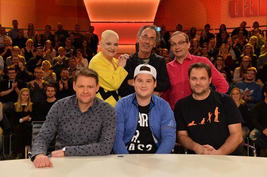 Hugo Egon Balder (hinten M.) stellt in der neuen Ausgabe der Kult-Comedyshow...