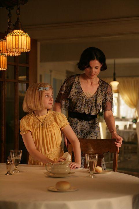 Die Wirtschaftskrise in den dreißiger Jahren setzt auch Kits (Abigail Breslin, l.) Eltern zu. Ihr Vater muss nach Chicago umziehen und ihre Mutter (... - Bildquelle: Warner Brothers
