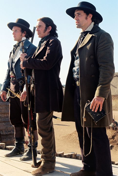 Mit weniger als 200 Männern wollen James Bowie (Jason Patric, r.), William Travis (Patrick Wilson, l.) und Davy Crockett (Billy Bob Thornton, M.) Al... - Bildquelle: Disney - ABC International Television