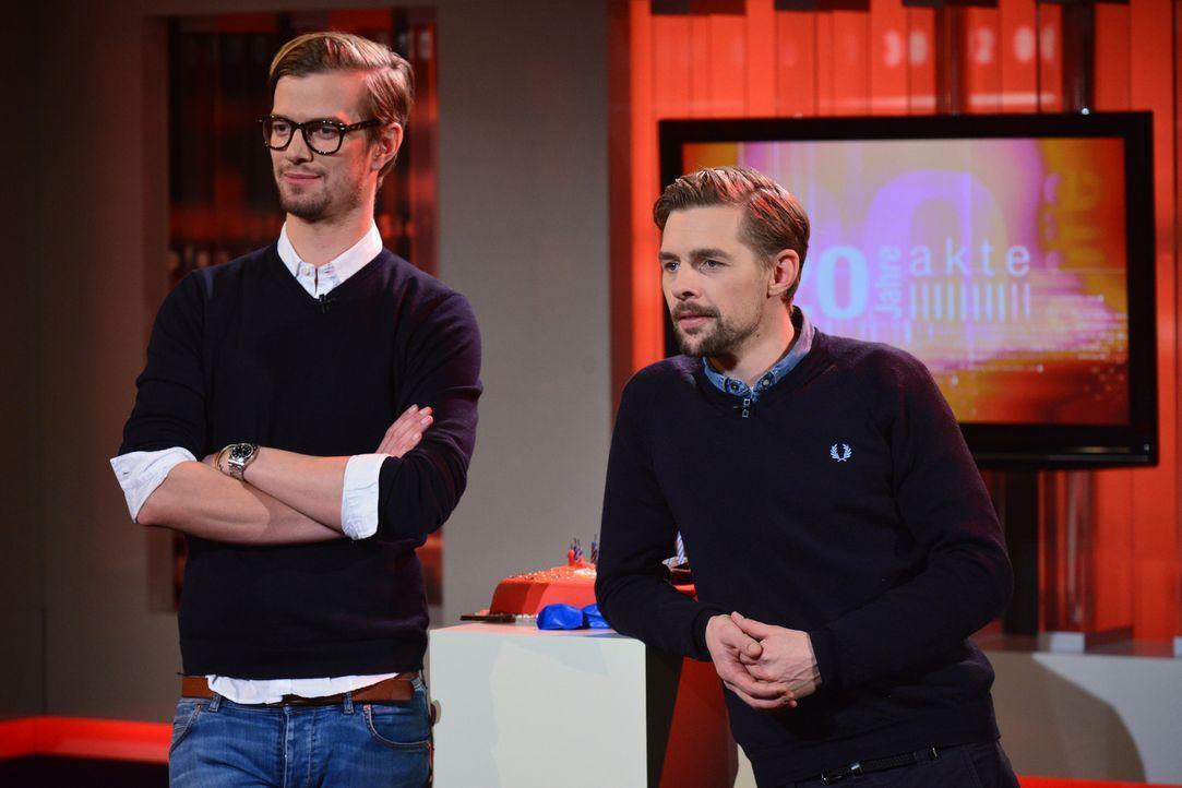 """20 Jahre """"Akte"""": Da kommen sogar Joko Winterscheidt (l.) und Klaas Heufer-Umlauf (r.) zu Besuch ... - Bildquelle: Oliver Ziebe SAT.1"""