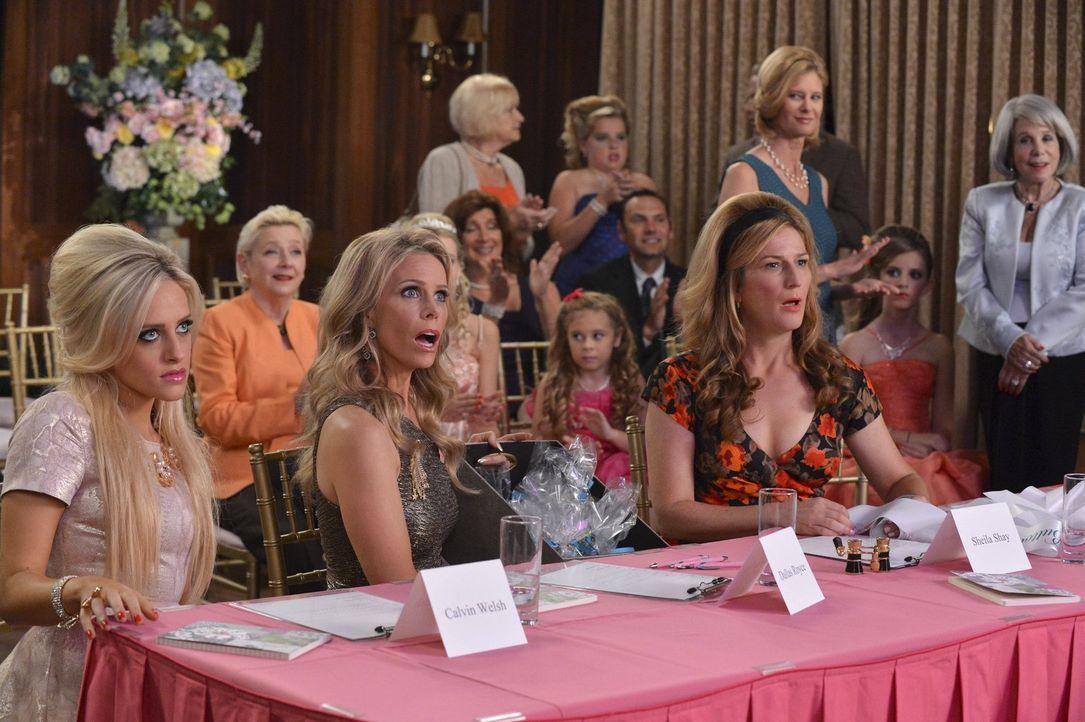 """Sind überrascht, als sie Alana auf der Bühne der """"Miss Chatwin""""-Wahl sehen: Dalia (Carly Chaikin, l.), Dallas (Cheryl Hines, M.) und Sheila (Ana Gas... - Bildquelle: Warner Brothers"""