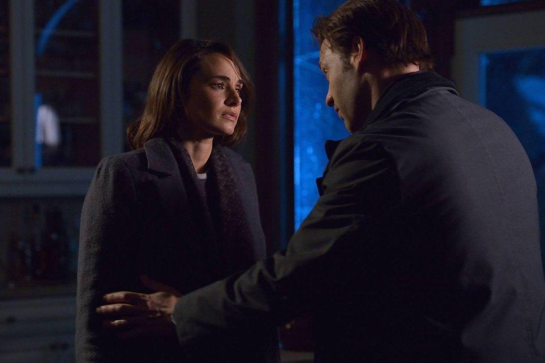 Als Nora (Mia Maestro, l.) und Eph (Corey Stoll, r.) sich auf die Suche nach den anderen Infizierten machen, müssen sie feststellen, dass sie womögl... - Bildquelle: 2014 Fox and its related entities. All rights reserved.