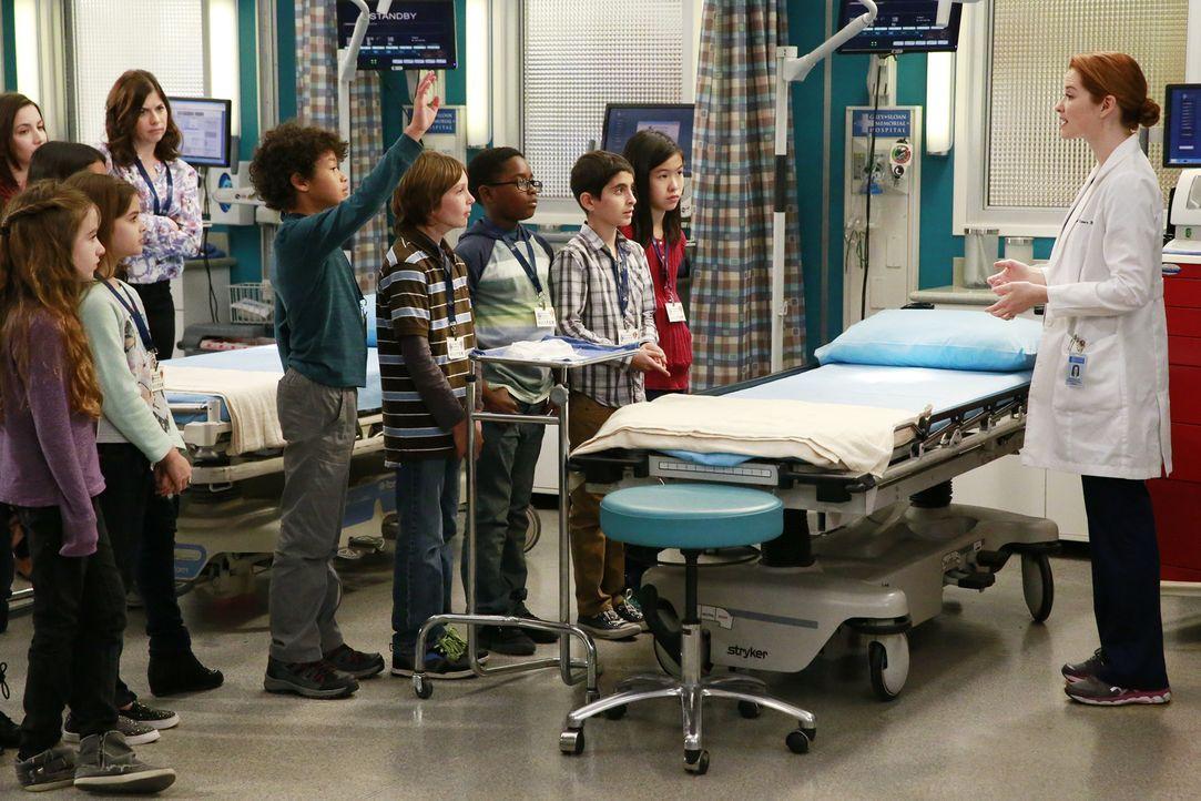 Gerade als April (Sarah Drew, r.) mit einer Schulklasse in der Notaufnahme bei einer Besichtigung ist, werden zwei schwer verletzte Polizisten einge... - Bildquelle: ABC Studios