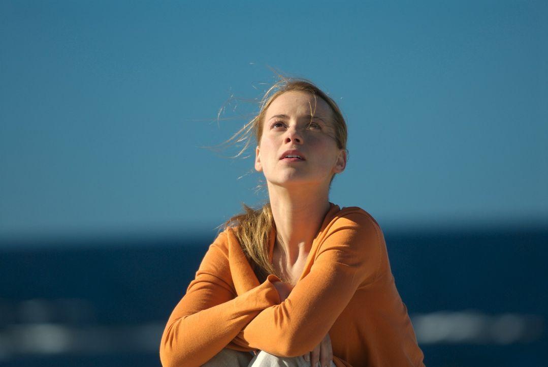 Sophie Marleau (Karine Vanasse) ist sehr skeptisch in Bezug auf John McAdams: Wieviel weiß John wirklich über die Katastrophe? Oder besser gesagt: W... - Bildquelle: 2006 RHI Entertainment Distribution, LLC