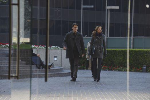 Castle - Ein neuer Fall wartet auf Beckett (Stana Katic, r.) und Castle (Nath...