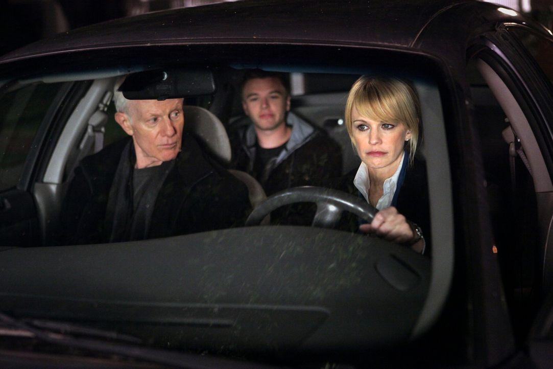 Finn (Brett Davern, M.) ist mit dem Auto seines Vaters abgehauen. Paul (Raymond J. Barry, l.) und Lilly (Kathryn Morris, r.) holen ihn aus Atlantic...