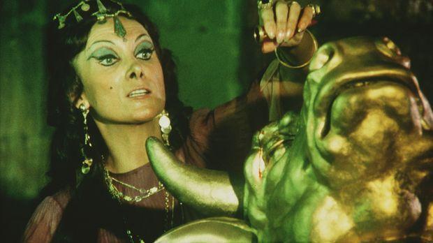 Zenobia (Margaret Whiting) erweckt mit schwarzer Magie den Bronzekoloss Minat...