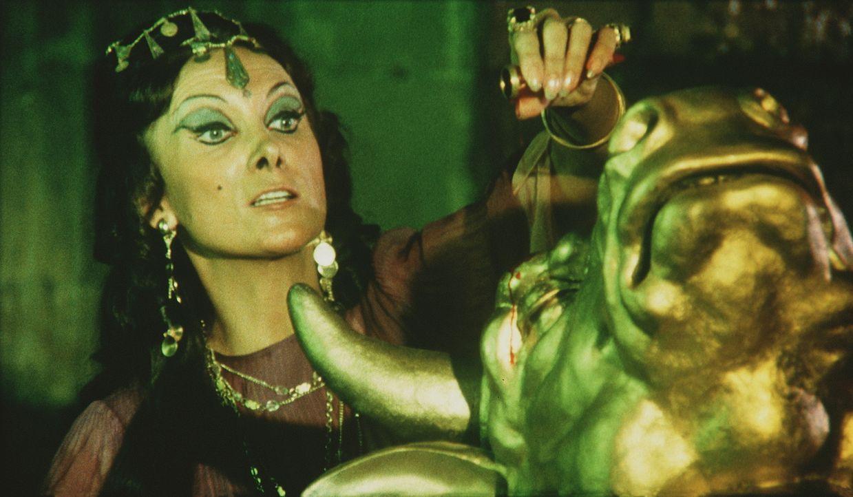 Zenobia (Margaret Whiting) erweckt mit schwarzer Magie den Bronzekoloss Minathon zum Leben ... - Bildquelle: Columbia Pictures