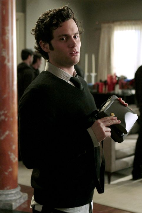 """Die Kamera. Komm. Gib mir den Killer"", ruft Dan (Penn Badgley) den Gästen zu. - Bildquelle: Warner Brothers"