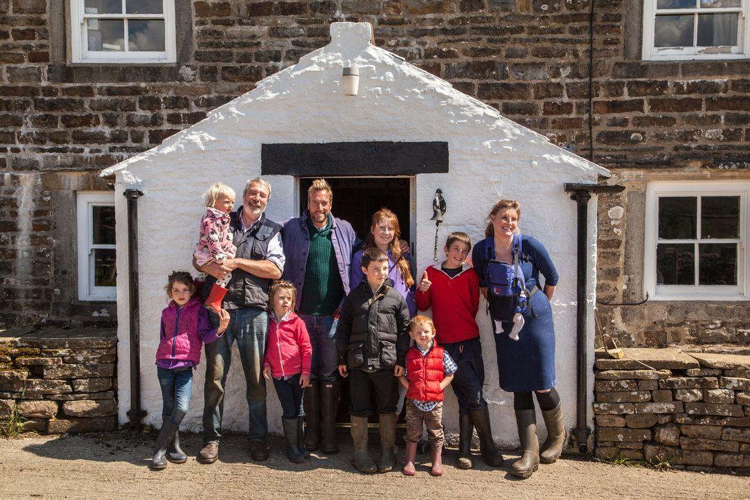 Abenteurer Ben Fogle (M.) trifft Amanda Owen (r.), die sich mit ihrer 9-köpfigen Familie in den Yorkshire Dales ihren Traum erfüllt hat ... - Bildquelle: 2015 BBC / Renegade Pictures
