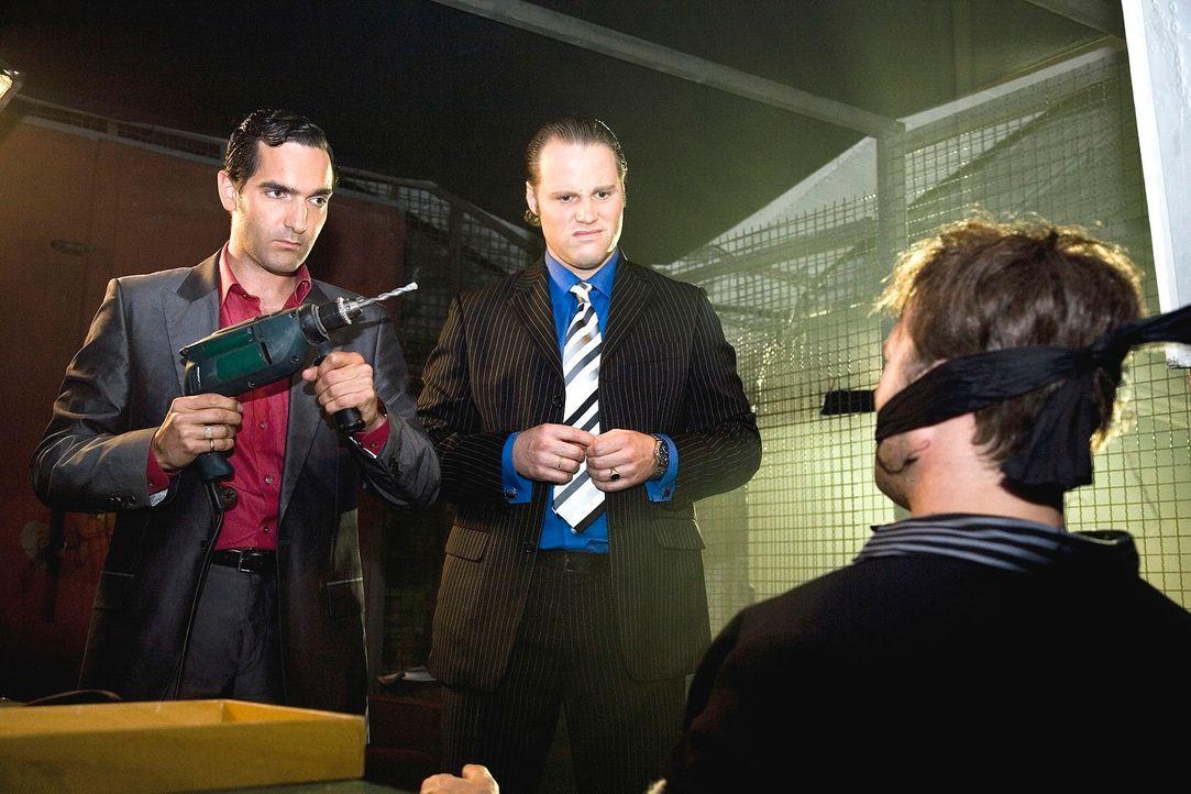 Eine Bohrmaschine ist schon ein martialisches Werkzeug - insbesondere in den Händen der beiden Mafiosi Vittorio (Thomas M. Held, l.) und Paolo (Mirc... - Bildquelle: Guido Engels Sat.1