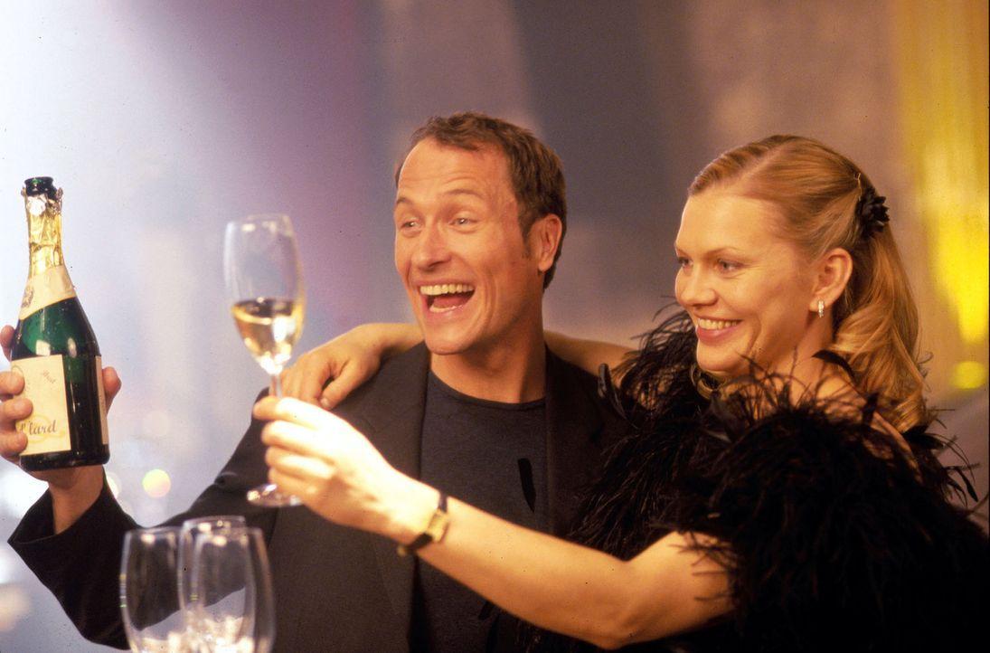 Ein Prosit auf das Geburtstagskind: Enno (Markus Knüfken, l.) lässt sich von Anna-Clara (Anna Loos, r.) und seinen Freunden feiern. - Bildquelle: Uwe Stratmann Sat.1