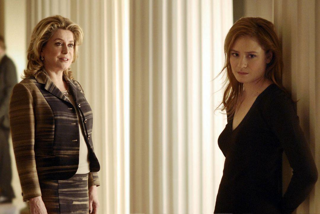 Nach ihrem unpassenden Auftritt gegenüber dem Finanzminister erhält Gina (Julia Jentsch, r.) Unterstützung von einer eleganten Dame (Catherine Deneu... - Bildquelle: Stephan Rabold Sat.1