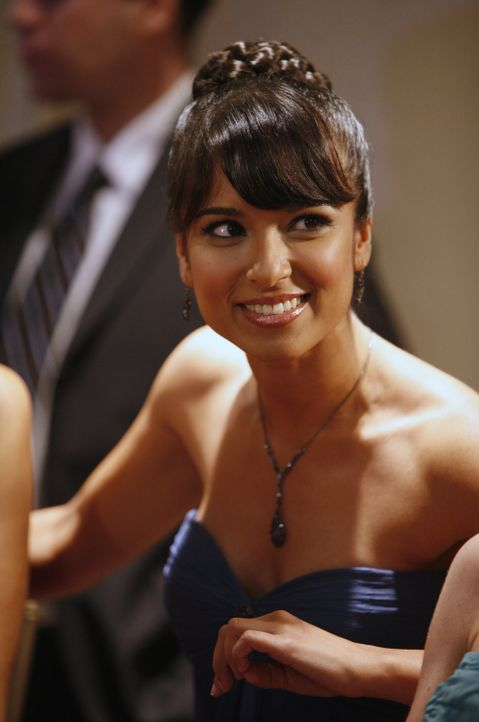 Freut sich, dass Cappie mit ihr auf den Verbindungsball gegangen ist: Rebecca (Dilshad Vadsaria) ... - Bildquelle: ABC Family