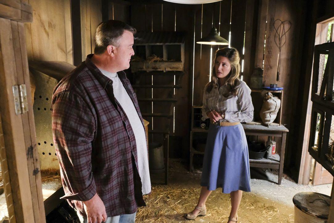 Eigentlich möchte Mary (Zoe Perry, r.) den Vater von Billy, Herschel Sparks (Billy Gardell, l.), auf ihre Seite ziehen, als sie erfährt, dass ihre S... - Bildquelle: Warner Bros.