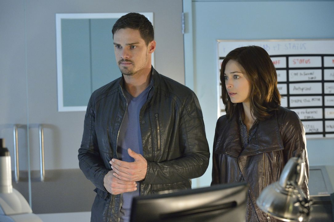 Hat der Milliardär nun die Organspenderin für das Herz getötet oder nicht? Vincent (Jay Ryan, l.) und Catherine (Kristin Kreuk, r.) sind verschieden... - Bildquelle: Ben Mark Holzberg 2015 The CW Network, LLC. All rights reserved.
