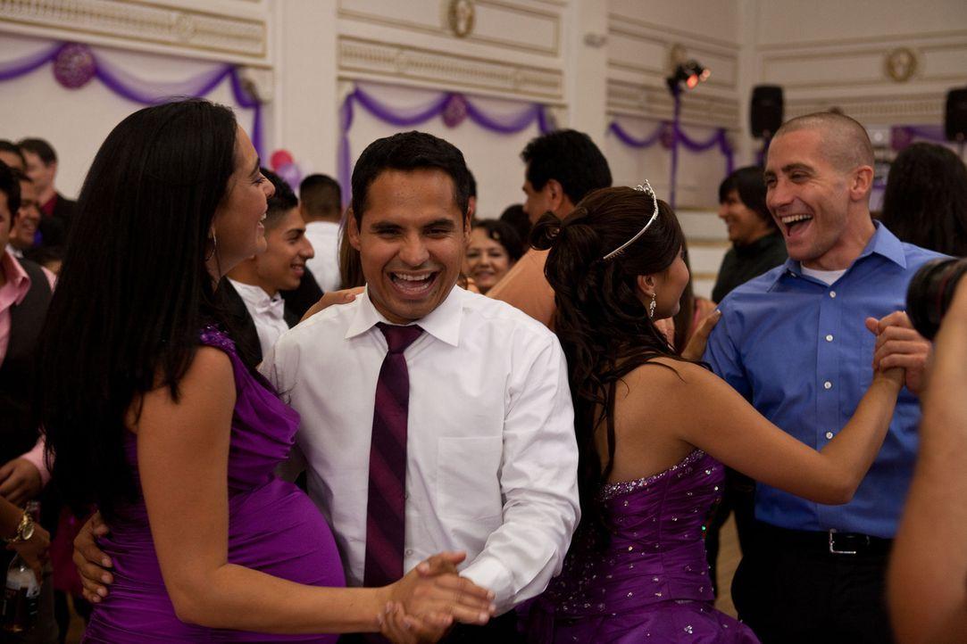 Den Hochzeitstag von Janet (Anna Kendrick, 2.v.r.) und Brian (Jake Gyllenhaal, r.) genießen auch Zavala (Michael Pena, 2.v.l.) und Gabby (Natalie Ma... - Bildquelle: Scott Garfield 2011 Sole Productions, LLC. All rights reserved.