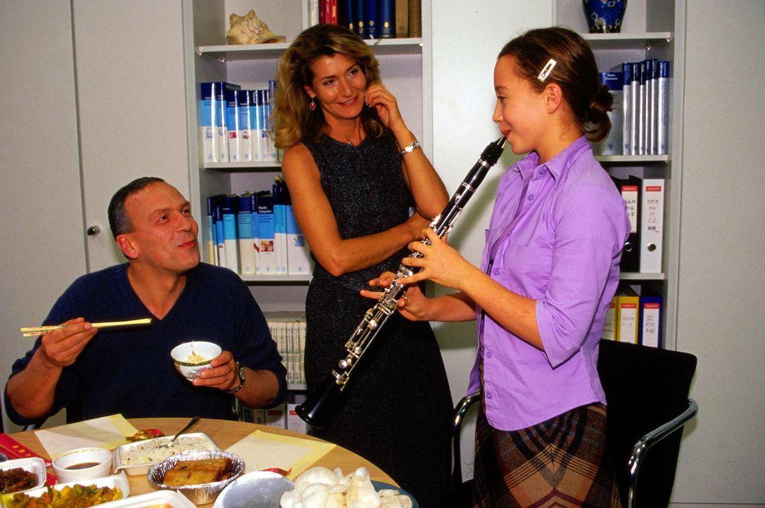 Dr. Zimmermann (Matthias Dittmer,li.) lauscht dem Klarinettenspiel von Dr. Winklers (Christine Mayn, M.) Tochter Susanne (Jacobine Janucek, r.). - Bildquelle: Claudius Pflug Sat.1