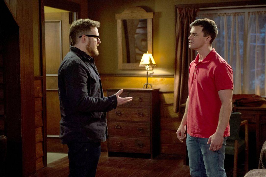 Waren die beiden Geisterjäger Ed (A.J. Buckley, l.) und Harry (Travis Wester, r.) diese Mal tatsächlich auf der Spur von etwas Bösem oder ist der Th... - Bildquelle: 2013 Warner Brothers