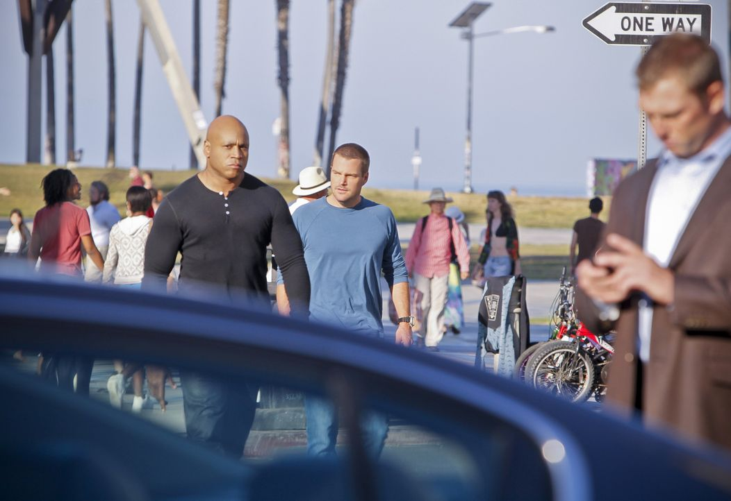 Während Callen (Chris O'Donnell, r.) und Sam (LL Cool J, l.) damit beschäftigt sind, Mattias ausfindig zu machen, muss sich Nell mit ihren traumatis... - Bildquelle: 2014 CBS Broadcasting, Inc. All Rights Reserved.