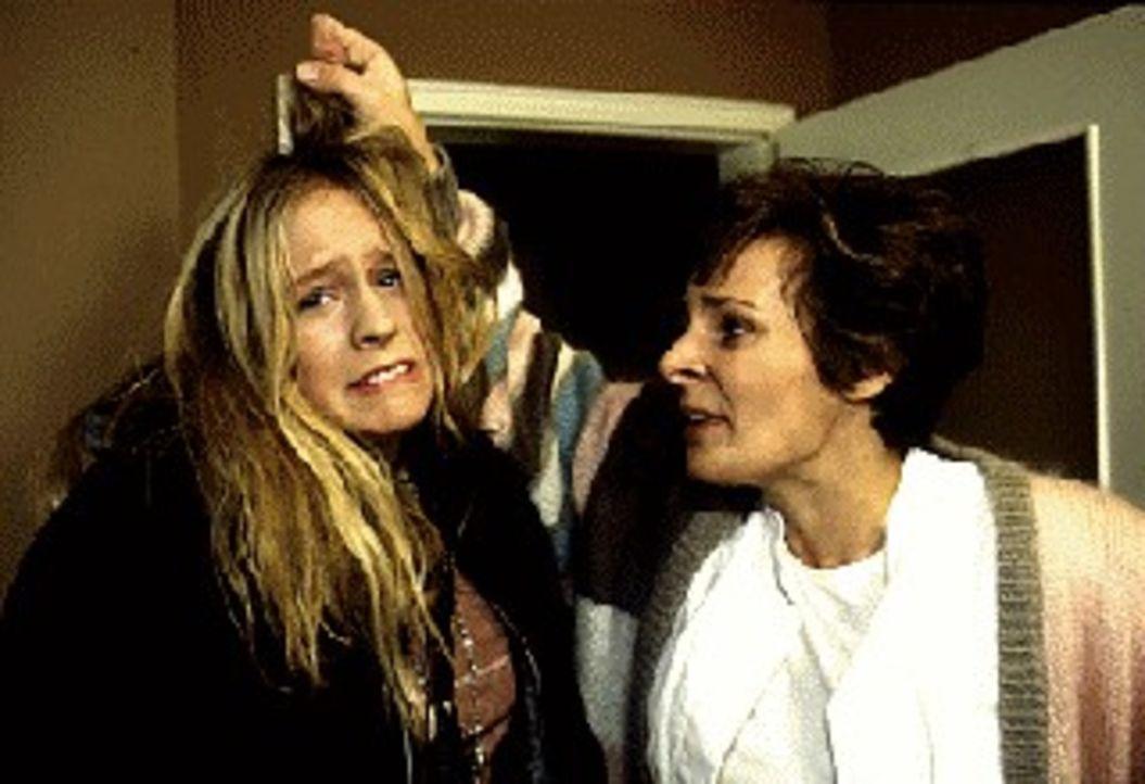 Alles andere als eine liebevolle Mutter-Kind-Beziehung: Karin (Susanne-Victoria Czepl, r.) malträtiert ihre rebellische Tochter Eva (Marlene Meyer-D... - Bildquelle: SAT.1