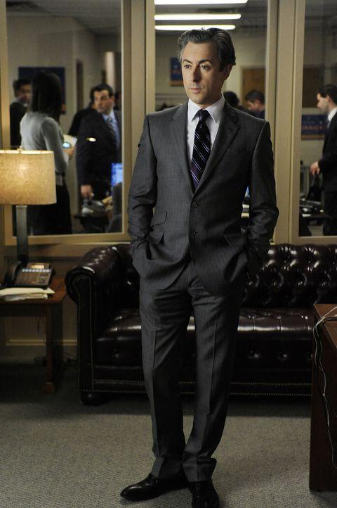 Kann Eli Gold (Alan Cumming) Alicia davon überzeugen, ein Ehegatten-Interview zu geben? - Bildquelle: CBS   2011 CBS Broadcasting Inc. All Rights Reserved.
