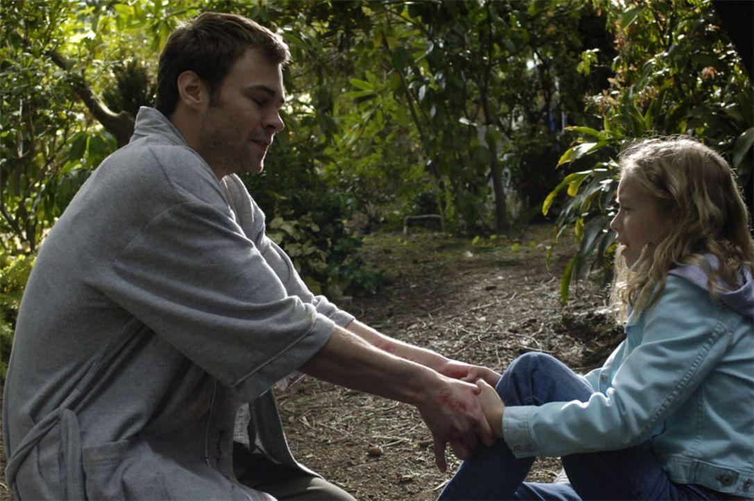 Shawn (Patrick Flueger, l.) stößt mit Maia (Conchita Campbell, r.) zusammen  und schlägt sich dabei das Knie auf. Shawn nimmt ihre Hand, um sie zu h... - Bildquelle: Viacom Productions Inc.