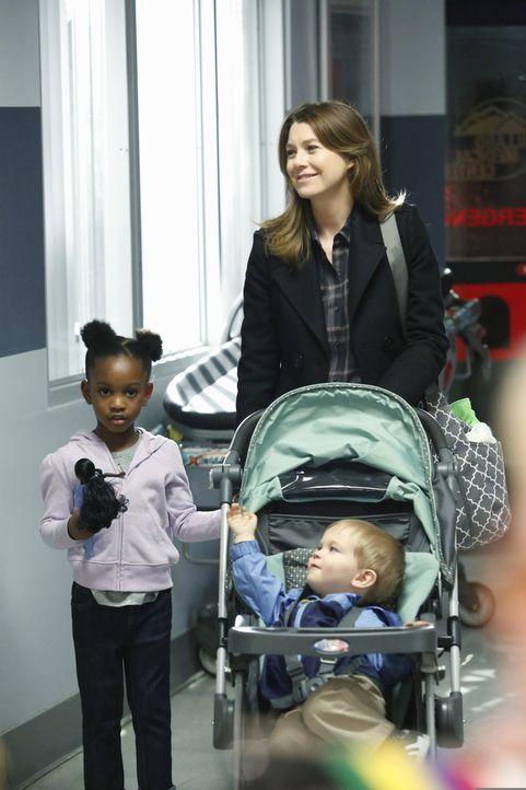 Noch ahnt Meredith (Ellen Pompeo, stehend r.) nicht, das sich ihr Leben völlig verändern wird ... - Bildquelle: ABC Studios