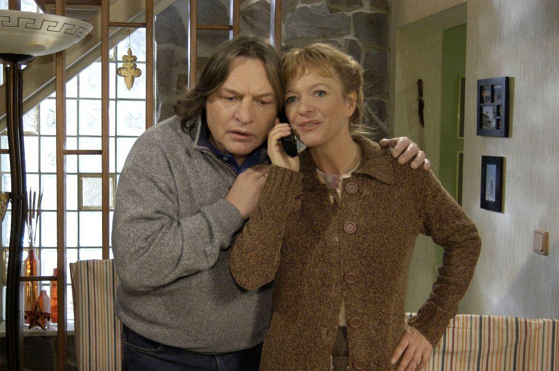 Lisas Eltern Helga (Ulrike Mai, r.) und Bernd (Volker Herold, l.) sind froh, von Lisa zu hören, die die Nacht über nicht zu Hause war. - Bildquelle: Noreen Flynn Sat.1