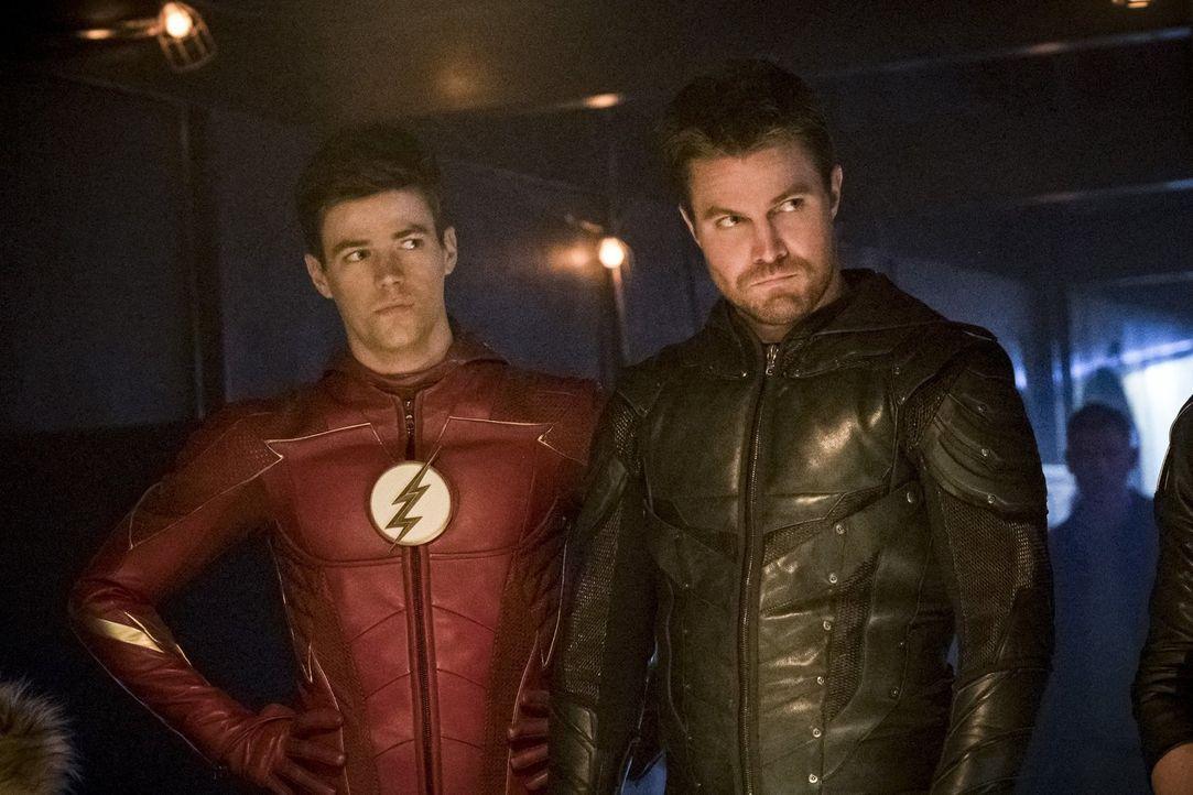 Barry alias The Flash (Grant Gustin, l.), Oliver alias Green Arrow (Stephen Amell, r.) und ihre Freunde fassen einen Plan, um der Nazi-Erde zu entko... - Bildquelle: 2017 Warner Bros.