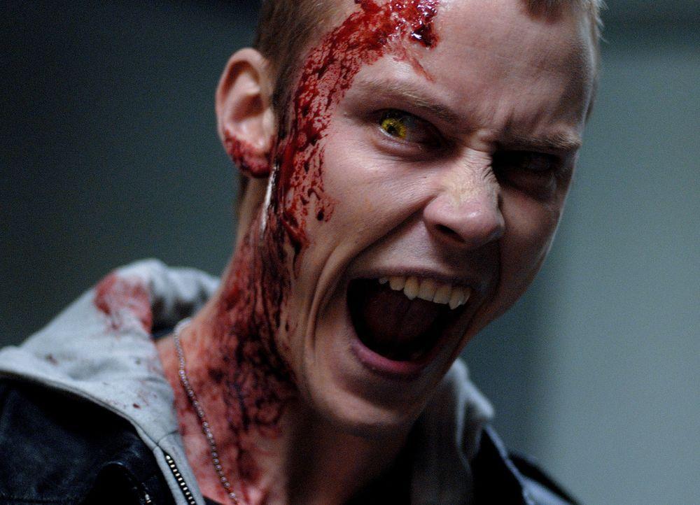 Im Gegensatz zu seinem Bruder hat Frankie Dalton (Michael Dorman) kein Problem damit, die letzten überlebenden Menschen zu jagen ... - Bildquelle: 2010 Tiberius Film GmbH & Co. KG