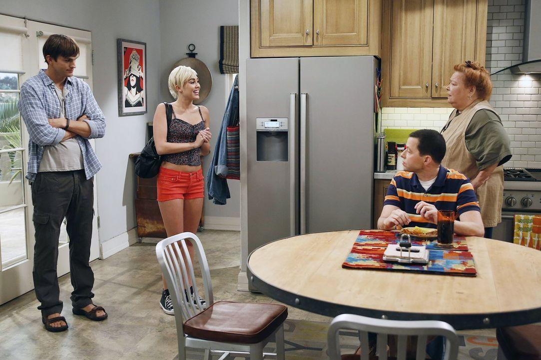 Walden (Ashton Kutcher, l.) hat einem alten Freund versprochen, dessen Tochter Missi (Miley Cyrus, 2.v.l.) während ihres Aufenthalts in der Stadt be... - Bildquelle: Warner Brothers Entertainment Inc.