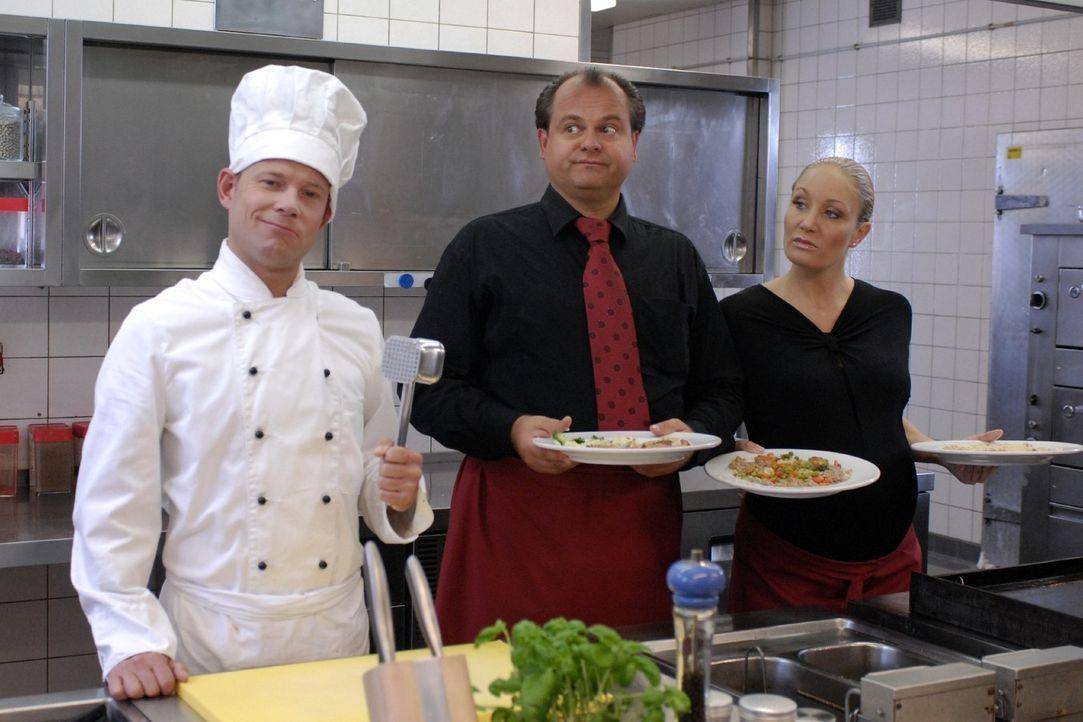 """Sternekoch Mathias (Mathias Schlung, l.) stand früher bei """"Gerti's Schnitzelpfanne"""" in der Küche. Selbst ein Hummer muss zum Erstaunen von Markus... - Bildquelle: Sat.1"""