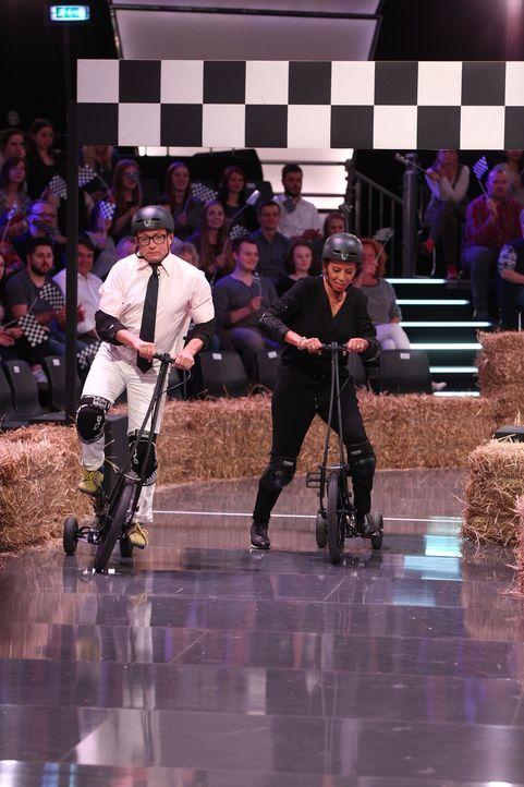 In dieser Spieleshow geht es mehr als einmal heiß her: Wigald Boning (l.) und Arabella Kiesbauer (r.) ... - Bildquelle: Guido Ohlenbostel SAT.1