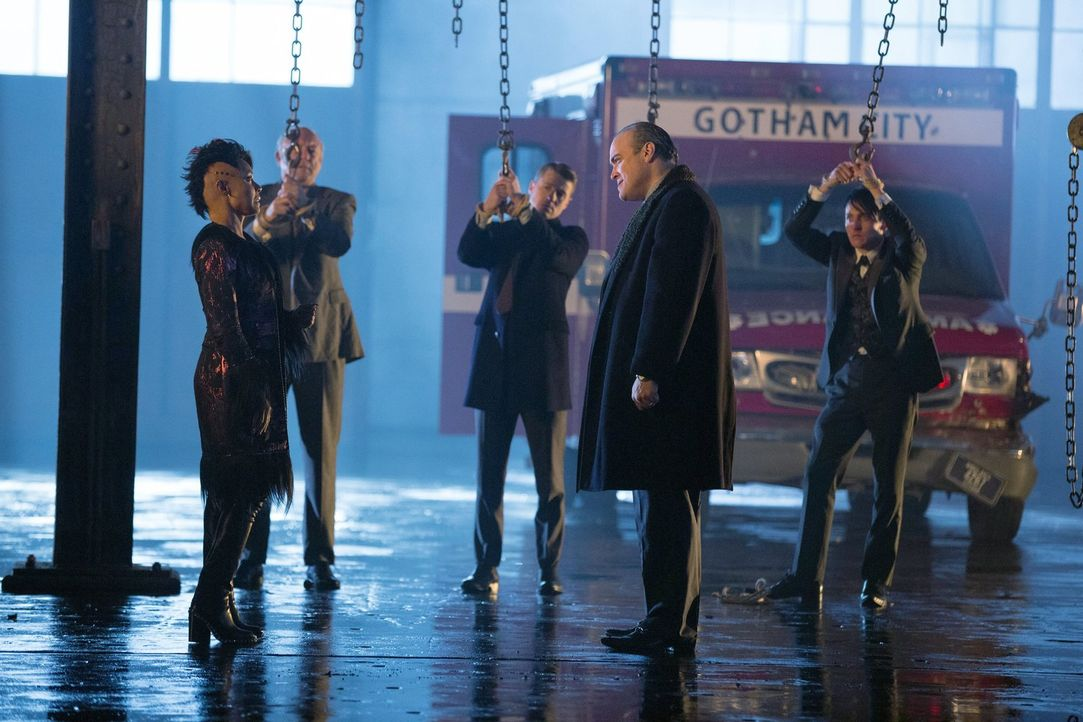 Der Machtkampf in Gotham City eskaliert: Fish Mooney (Jada Pinkett Smith, l.), Falcone (John Doman, 2.v.l.), Gordon (Ben McKenzie, M.), Maroni (Davi... - Bildquelle: Warner Bros. Entertainment, Inc.