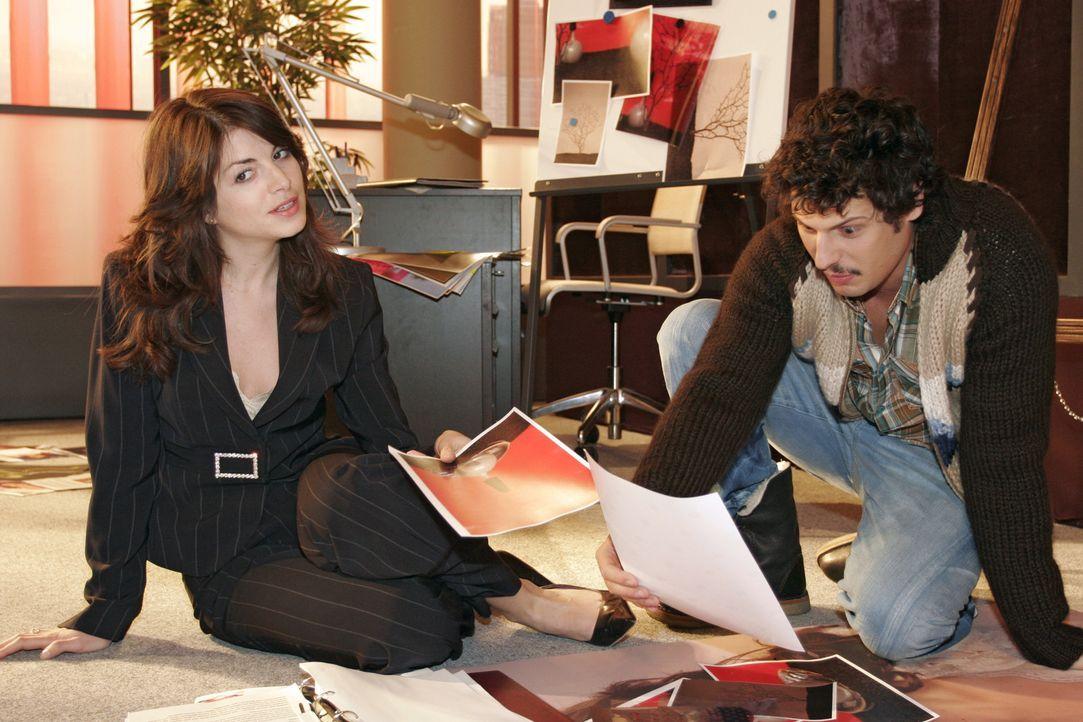 Mariella (Bianca Hein, l.) lauscht aufmerksam Rokkos (Manuel Cortez, r.) Ideen zu einer neuen Anzeigenkampagne. - Bildquelle: Noreen Flynn Sat.1