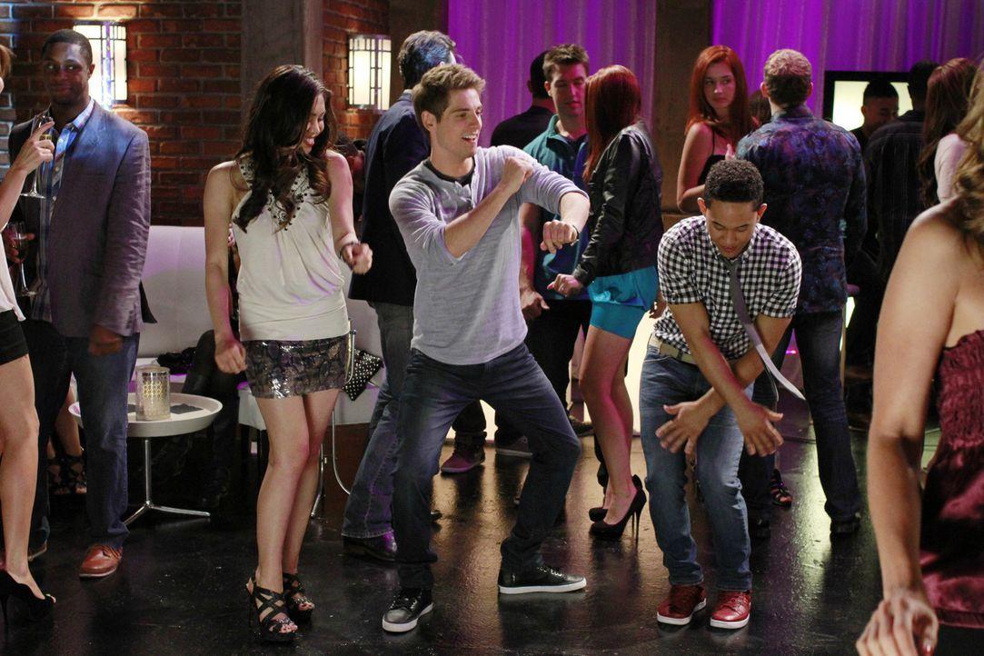 Als sich Ben (Jean-Luc Bilodeau, M.) und Tucker (Tahj Mowry, r.) in Ava (Ashley Argota, l.) verlieben, geraten die beiden in einen Konkurrenzkampf ... - Bildquelle: Ron Tom ABC Family