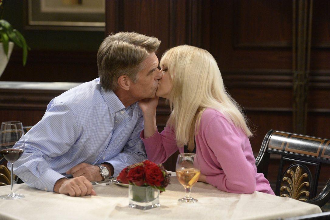 Das scheint etwas Festes zu werden: Die sich anbahnende Romanze zwischen Christy (Anna Faris, r.) und Fred (Harry Hamilton, l.) wird für Candace zu... - Bildquelle: 2015 Warner Bros. Entertainment, Inc.