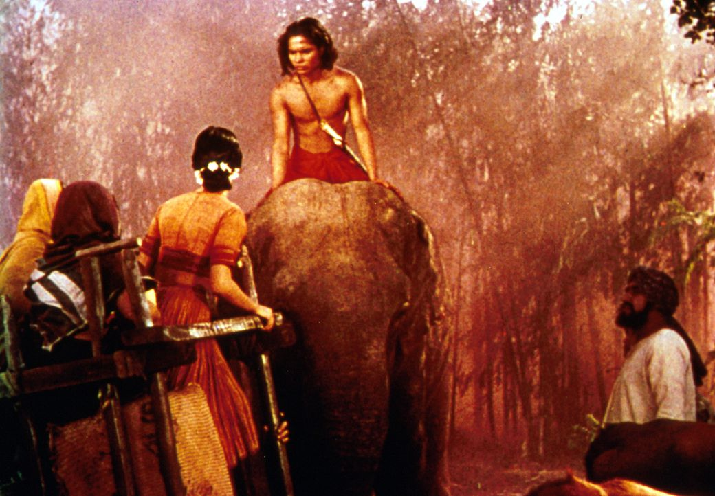Als der junge Mowgli (Sabu, M.) in sein Heimatdorf zurückkehrt, sind die Dorfbewohner ihm gegenüber sehr skeptisch ... - Bildquelle: United Artists