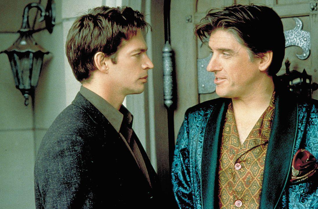 Stehen ratlos vor einem riesigen Problem: Daniel (Harry Connick jr., l.) und Jared (Craig Ferguson, r.) ... - Bildquelle: 2004 Sony Pictures Television International. All Rights Reserved.
