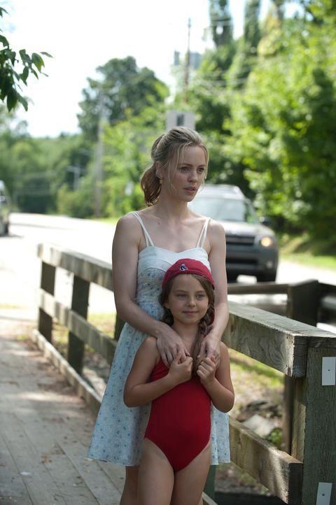 Kaum am Sommerhaus angekommen, lernt Mike die junge Witwe Mattie (Melissa George, l.) und deren kleine Tochter Kyra (Caitlin Carmichael, r.) kennen.... - Bildquelle: 2011 Sony Pictures Television Inc. All Rights Reserved.
