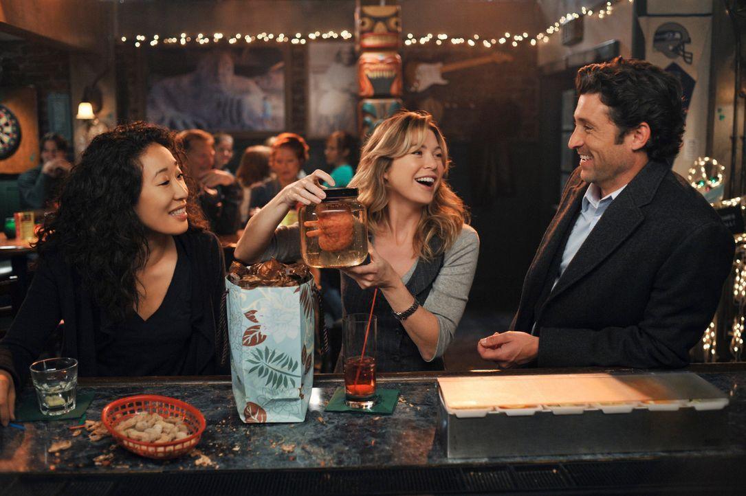 Um sich bei Meredith (Ellen Pompeo, M.) für sein Verhalten zu entschuldigen, hat Derek (Patrick Dempsey, r.) ein ganz besonderes Geschenk. Cristina... - Bildquelle: Touchstone Television