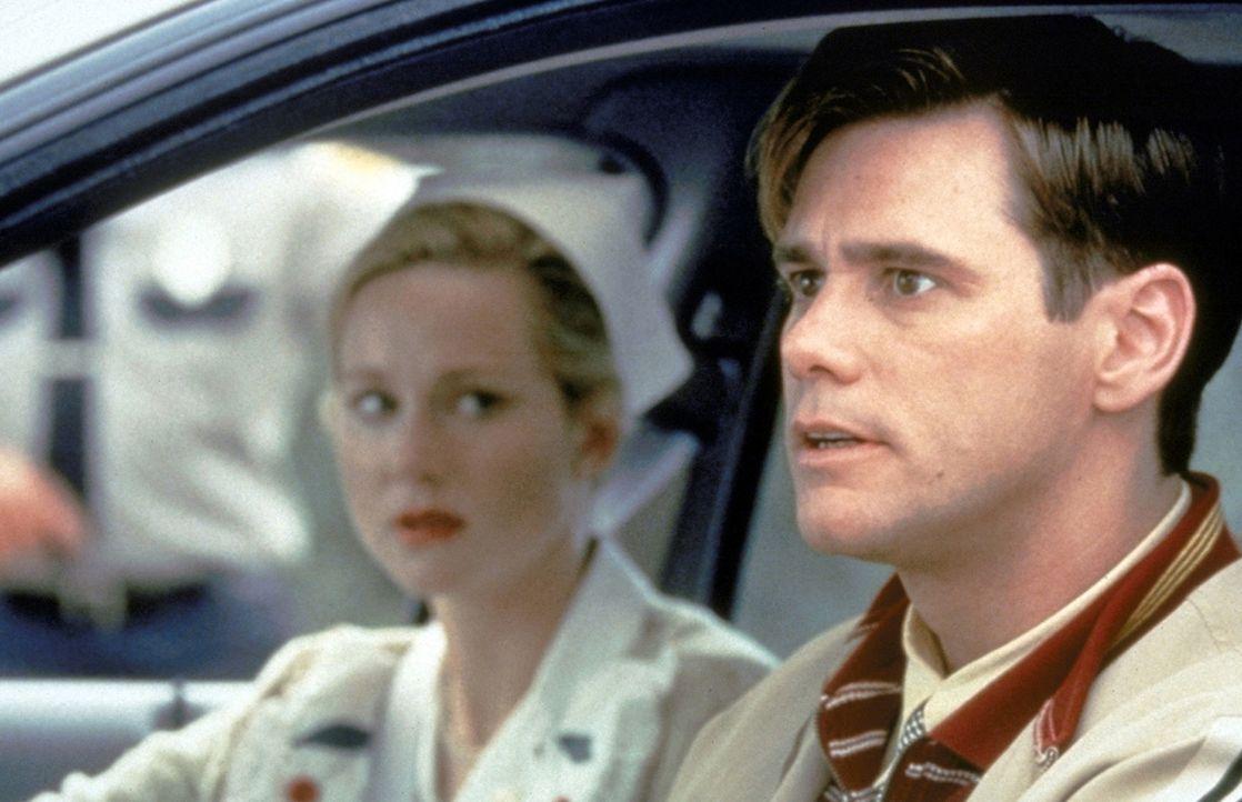 Mitleidslos versucht seine Frau Meryl (Laura Linney, l.), die Wahrheit vor Truman (Jim Carrey, r.) geheimzuhalten. Doch dieser kommt dem perfiden Sp... - Bildquelle: Paramount Pictures