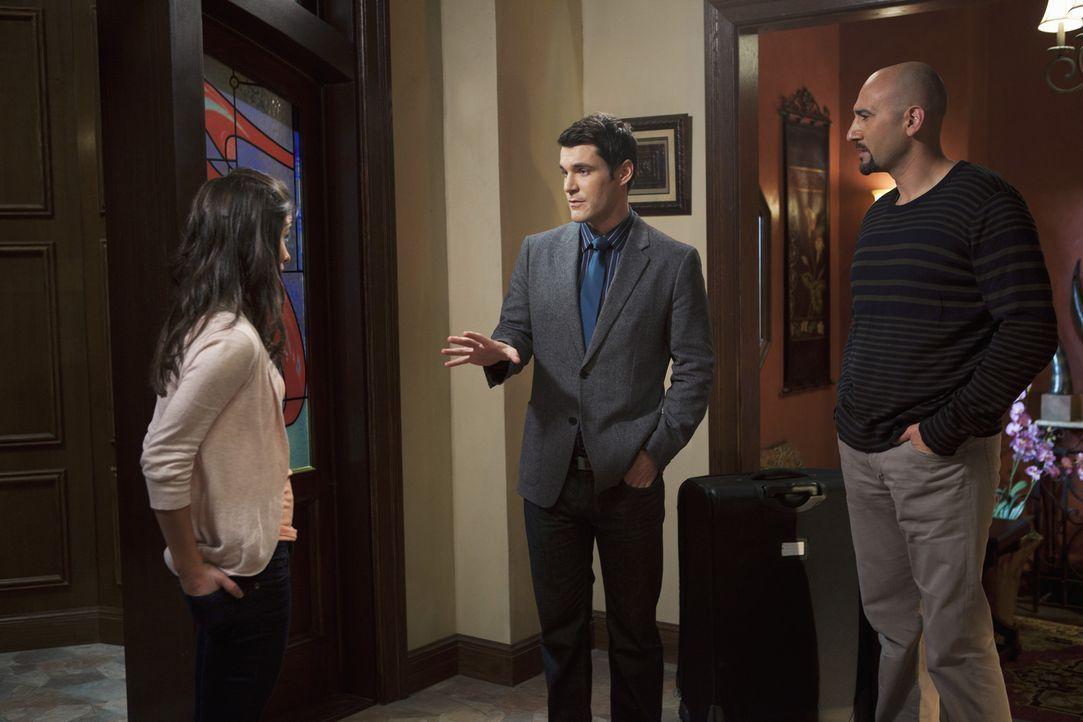 Kaylie (Josie Loren, l.) und ihr Vater (Jason Manuel Olazabal, r.) bekommen Besuch von Marcus (Sean Maher, M.), der ihnen nahelegt, in der Öffentli...