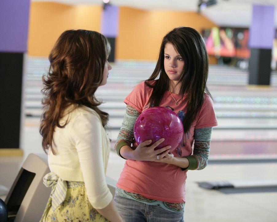 Bowlingspielen ist natürlich für Prinzessinnen (Demi Lovato, l.) ein absolutes No-go . Nun muss Carter (Selena Gomez, r.) ihrer Freundin ganz schn... - Bildquelle: Disney