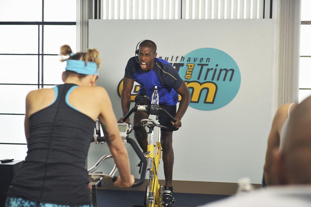 Der Trainer (Ahmed Best) weiß, wie er die Frauen motivieren kann - und zwar eher auf die harte Tour ... - Bildquelle: 2009 ABC INC.