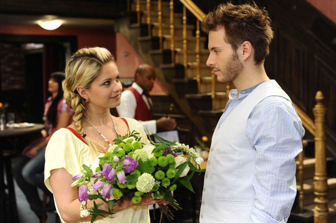 Mia (Josephine Schmidt, l.) ahnt nicht, dass Enrique (Jacob Weigert, r.) Toni ist .... - Bildquelle: SAT.1