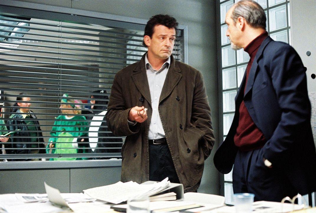 Hauptkommissar Matthias Steiner (Thomas Sarbacher, l.) und Erkrath (Thomas Bestvater, r.) besprechen sich. - Bildquelle: Thomas Kost Sat.1