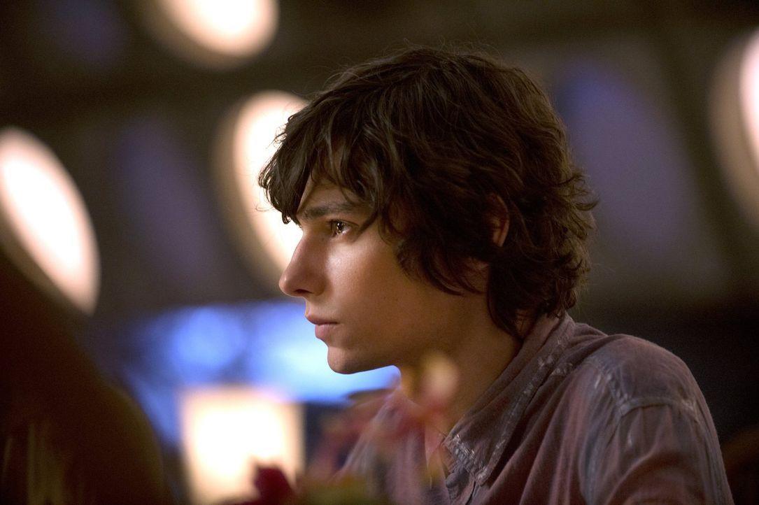 Jasper (Devon Bostick) gefällt es ganz und gar nicht, dass sich Clarke so vehement gegen die Bergmenschen stellt ... - Bildquelle: 2014 Warner Brothers