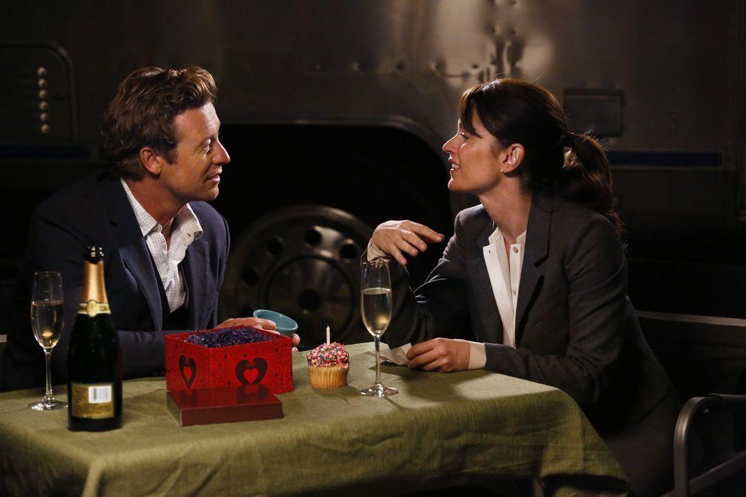 Genießen ihre Zweisamkeit: Teresa Lisbon (Robin Tunney, r.) und Patrick Jane (Simon Baker, l.) ... - Bildquelle: Warner Bros. Television